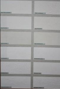 Im Bild sieht man den Lehmstreichputz (unpigmentiert) im Vergleich zu anderen Farben/Putzen
